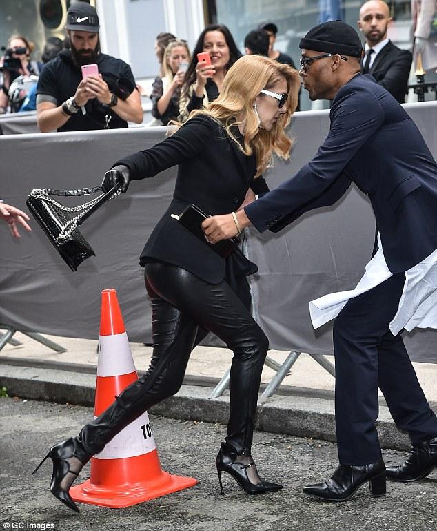 Celine Dion suýt ngã trước thềm show Christian Dior - 1