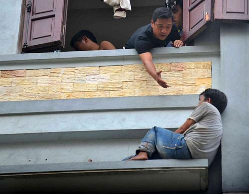 Cảnh sát đu dây giải cứu người đàn ông đòi nhảy lầu - 1