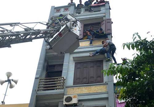 Cảnh sát đu dây giải cứu người đàn ông đòi nhảy lầu - 2