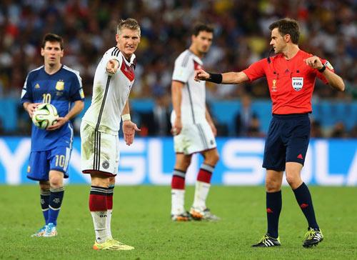 Công bố danh tính trọng tài bắt bán kết EURO: Ai mừng, ai lo? - 1