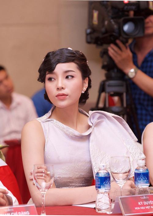 Kỳ Duyên xin lỗi vì lại đến muộn họp báo Hoa hậu VN - 2
