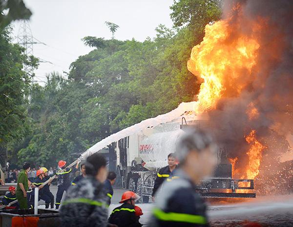 HN: Cây xăng cháy dữ dội, hàng trăm người dập lửa - 1