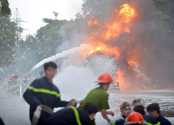 HN: Cây xăng cháy dữ dội, hàng trăm người dập lửa - 2