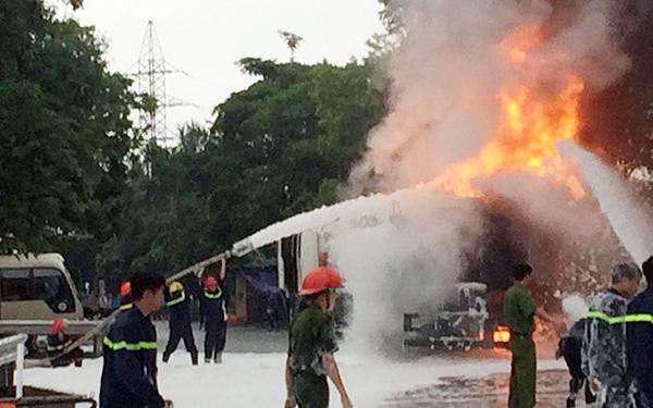 HN: Cây xăng cháy dữ dội, hàng trăm người dập lửa - 3
