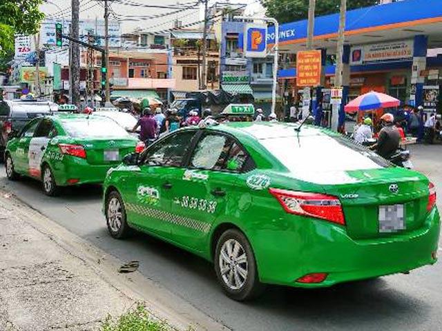 Thí điểm chạy xe taxi điện tại TPHCM - 1