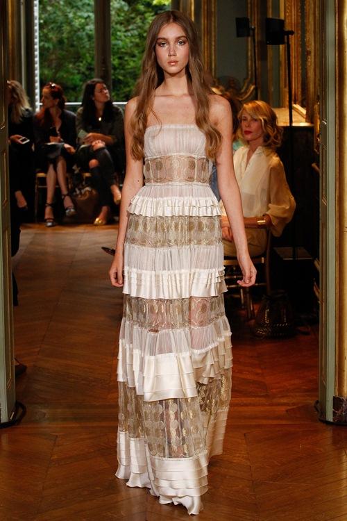 Ngắm những mẫu váy quá gợi cảm của Alberta Ferretti - 6