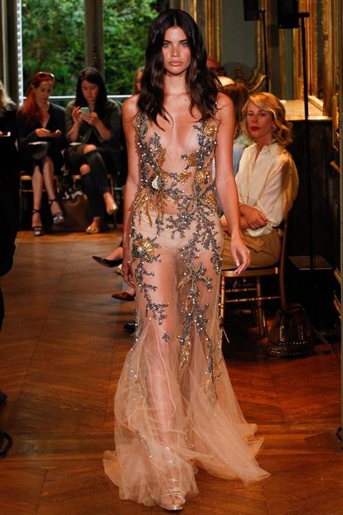Ngắm những mẫu váy quá gợi cảm của Alberta Ferretti - 14