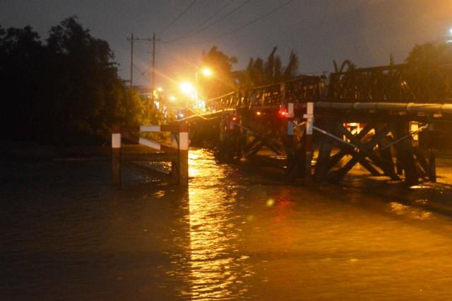 TPHCM: Sà lan đâm vào cầu, gần 20 người tháo chạy - 1