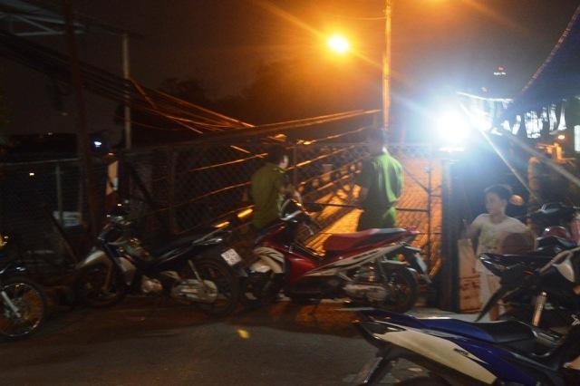 TPHCM: Sà lan đâm vào cầu, gần 20 người tháo chạy - 2