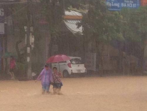 Hạ Long, Cẩm Phả chìm trong biển nước, 2 người thương vong - 4
