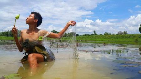 Cậu bé Thái Lan nổi tiếng vì tài tự chế thời trang độc - 8