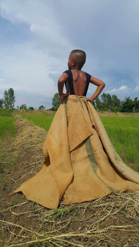 Cậu bé Thái Lan nổi tiếng vì tài tự chế thời trang độc - 9