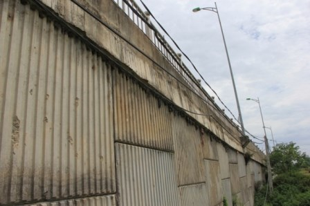 Nhiều vật lạ giữa các lớp bê tông ở cầu vượt đường sắt - 2