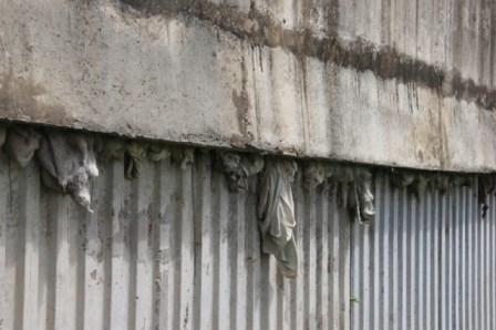 Nhiều vật lạ giữa các lớp bê tông ở cầu vượt đường sắt - 4