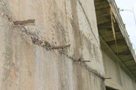 Nhiều vật lạ giữa các lớp bê tông ở cầu vượt đường sắt - 8