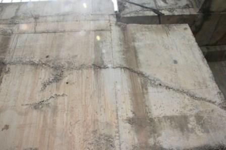 Nhiều vật lạ giữa các lớp bê tông ở cầu vượt đường sắt - 9