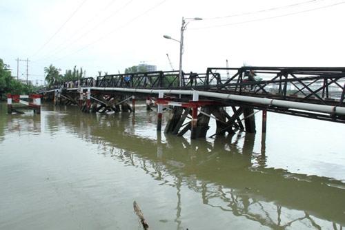 Vụ sà lan đâm vào cầu sắt: 2.000 hộ dân thiếu nước dùng - 1