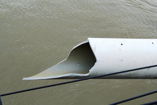 Vụ sà lan đâm vào cầu sắt: 2.000 hộ dân thiếu nước dùng - 3