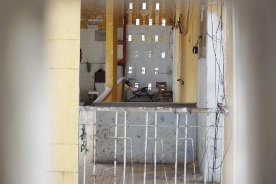 Cận cảnh chờ sập ở chung cư Cô Giang - 10