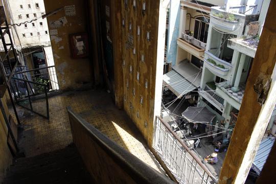 Cận cảnh chờ sập ở chung cư Cô Giang - 3