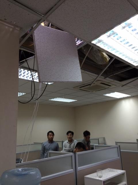 HN: Cột thu sóng gãy văng vào văn phòng, 1 người chết - 2