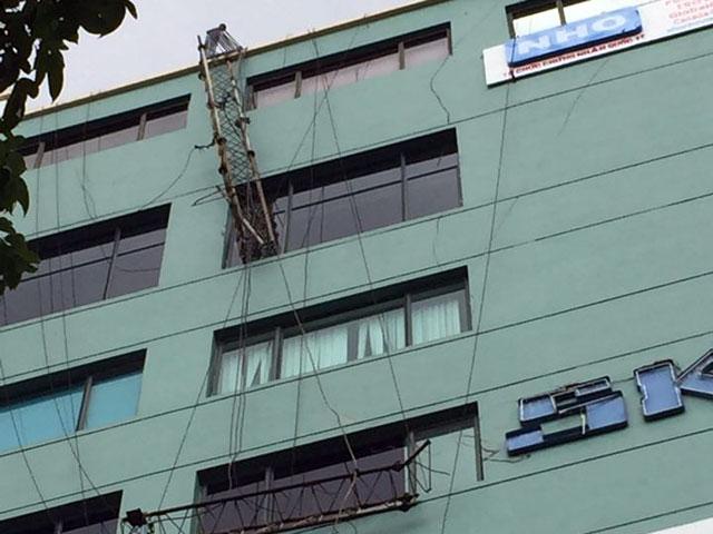 HN: Cột thu sóng gãy văng vào văn phòng, 1 người chết - 1