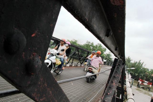 """Cận cảnh cây cầu mỗi lần qua phải """"nín thở"""" ở Sài Gòn - 2"""