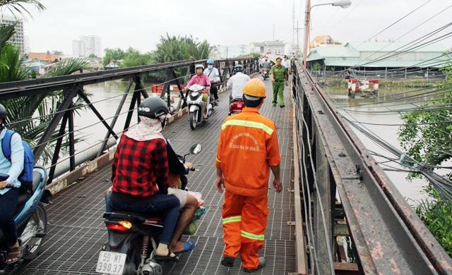"""Cận cảnh cây cầu mỗi lần qua phải """"nín thở"""" ở Sài Gòn - 3"""