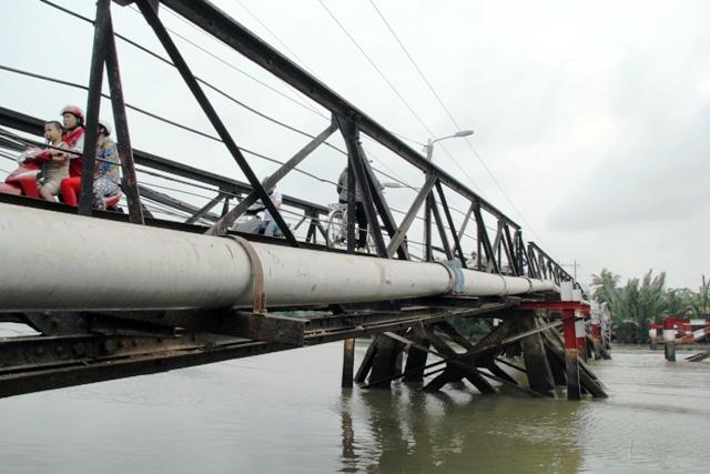 """Cận cảnh cây cầu mỗi lần qua phải """"nín thở"""" ở Sài Gòn - 14"""
