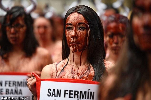 """Bán khỏa thân """"tưới máu"""" phản đối lễ hội bò tót - 5"""
