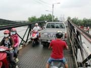 """Tin tức trong ngày - Cận cảnh cây cầu mỗi lần qua phải """"nín thở"""" ở Sài Gòn"""
