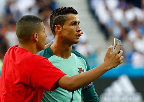 """Tóc mới của Ronaldo bị """"ném đá"""" thậm tệ - 6"""