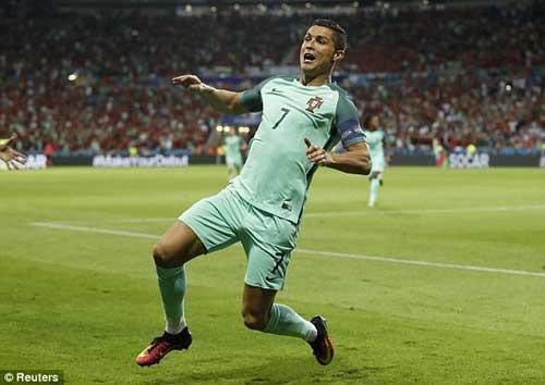 """Tóc mới của Ronaldo bị """"ném đá"""" thậm tệ - 12"""