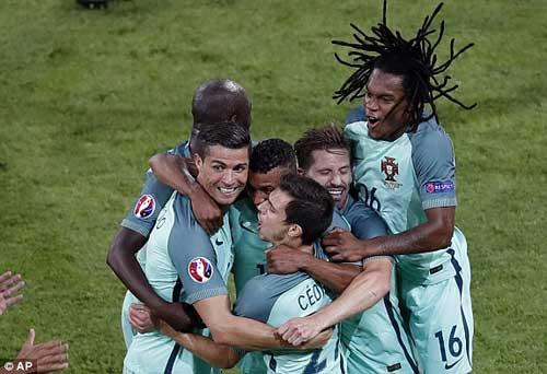 """Tóc mới của Ronaldo bị """"ném đá"""" thậm tệ - 13"""