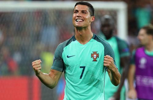 Bay vào chung kết EURO, Ronaldo chạm một tay vào QBV - 1