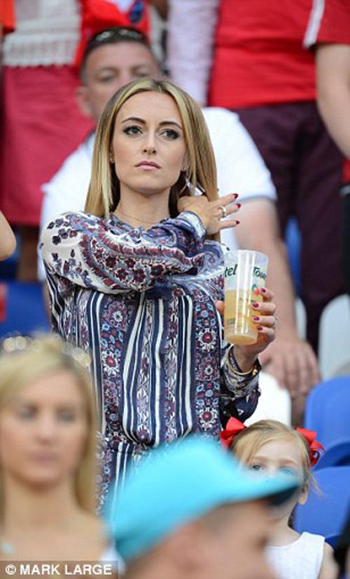 """Vợ, người tình cầu thủ """"đốt nóng"""" trận Bồ - xứ Wales - 2"""
