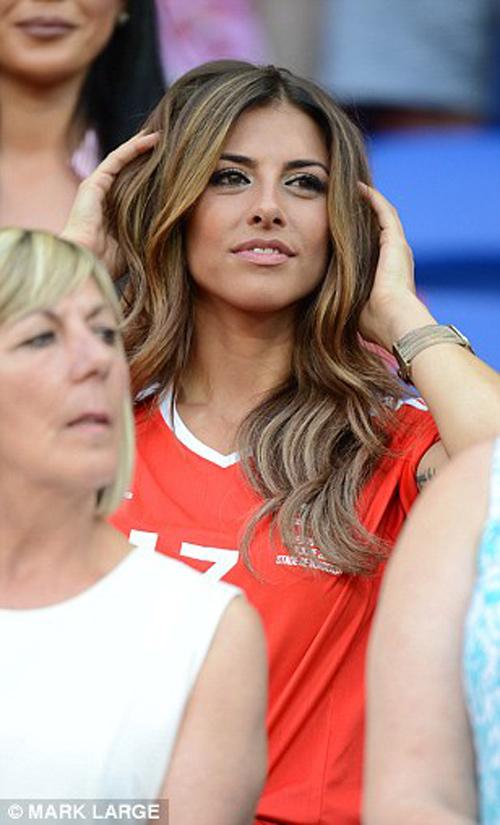 """Vợ, người tình cầu thủ """"đốt nóng"""" trận Bồ - xứ Wales - 1"""