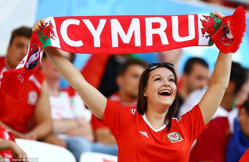 """Vợ, người tình cầu thủ """"đốt nóng"""" trận Bồ - xứ Wales - 6"""