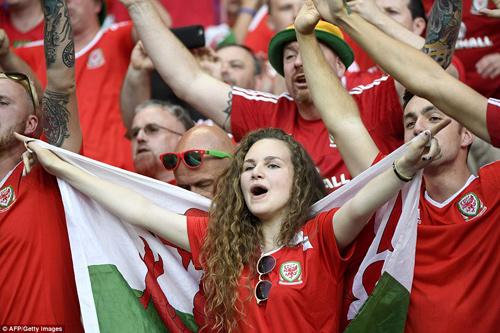 """Vợ, người tình cầu thủ """"đốt nóng"""" trận Bồ - xứ Wales - 5"""