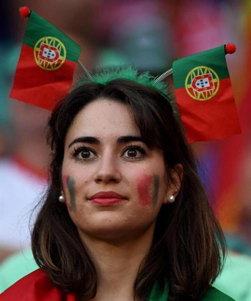 """Vợ, người tình cầu thủ """"đốt nóng"""" trận Bồ - xứ Wales - 9"""