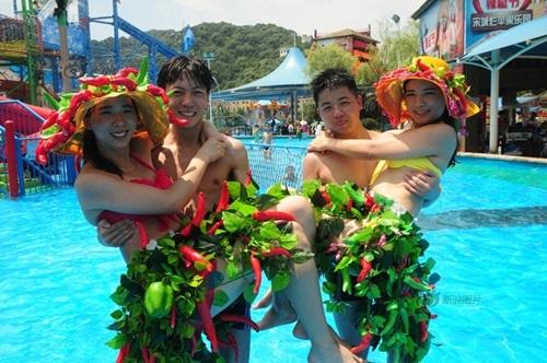 Sinh viên TQ mặc bikini ớt thể hiện tình yêu nóng bỏng - 1