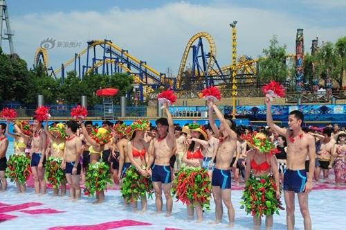 Sinh viên TQ mặc bikini ớt thể hiện tình yêu nóng bỏng - 2