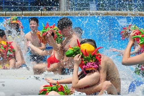 Sinh viên TQ mặc bikini ớt thể hiện tình yêu nóng bỏng - 7