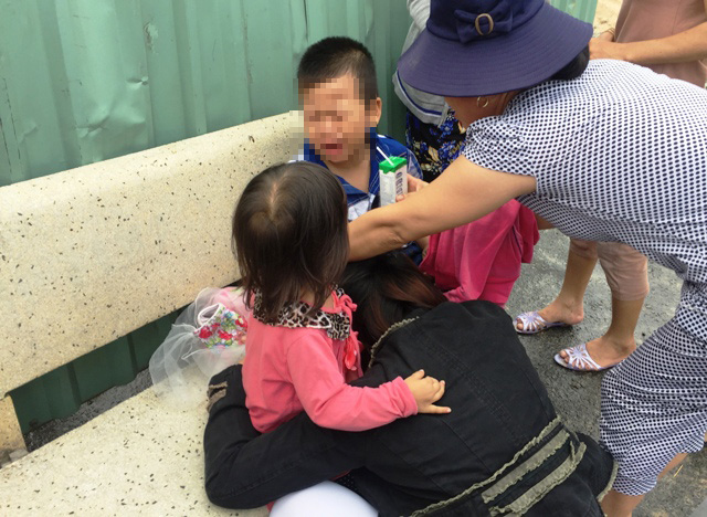 2 con khóc gào khi thấy cha nằm trên đường sau tai nạn - 2