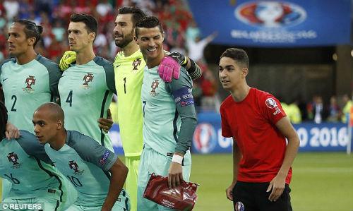 """Tóc mới của Ronaldo bị """"ném đá"""" thậm tệ - 8"""