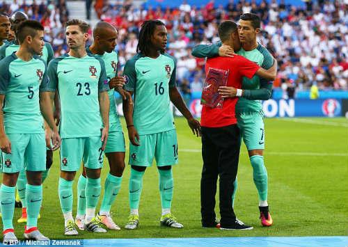 """Tóc mới của Ronaldo bị """"ném đá"""" thậm tệ - 9"""