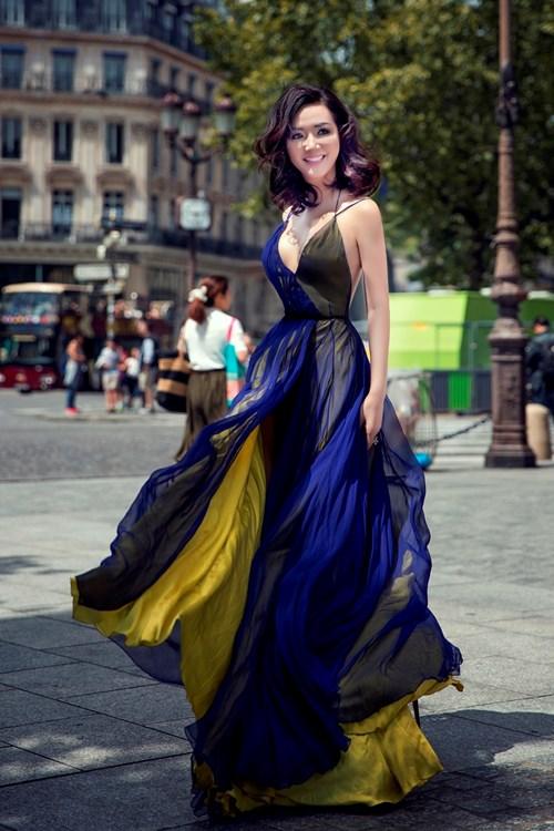 Giáng My mặc xẻ táo bạo đi xem thời trang ở Pháp - 1