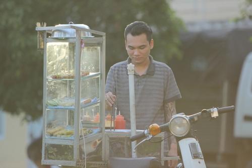 Khắc Việt làm công nhân bốc gạch, xe ôm trong MV mới - 3