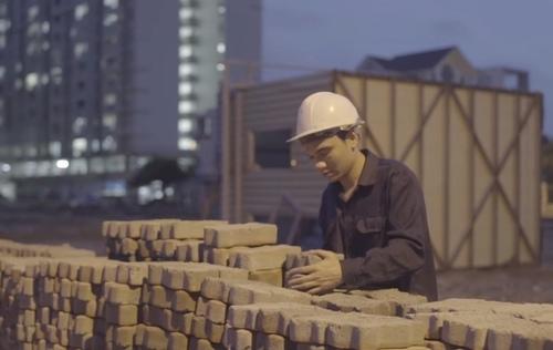 Khắc Việt làm công nhân bốc gạch, xe ôm trong MV mới - 4