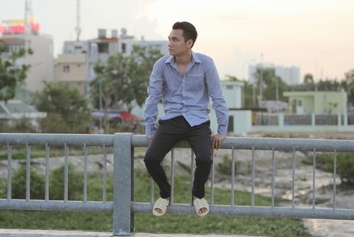 Khắc Việt làm công nhân bốc gạch, xe ôm trong MV mới - 7